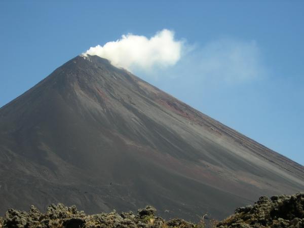 Las autoridades de Guatemala en alerta por las fuertes lluvias y la erupción del volcán Pacaya